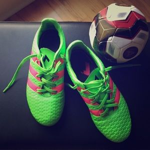 Adidas soccer cleats green/pink in mint condition